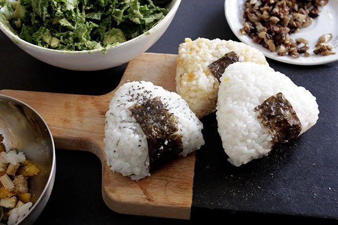 Los onigiris son bolitas de arroz rellenas. Es una receta japonesa bastante típica y muy versátil. Nosotras os mostramos 3 sabores pero podéis hacer onigiris de lo que queráis. La base es hacer arroz como el del sushi (es decir que quede un poco pegajoso) y poner el trocito de alga nori. Nosotras los hemos...Read More »