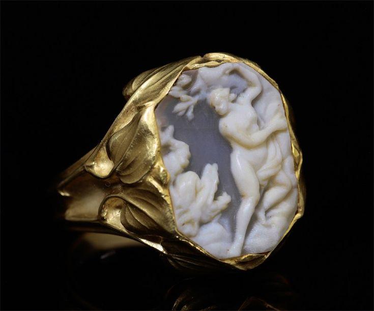 Bagues anciennes / Art nouveau / Bague en or de René LALIQUE, camée en coquillage.