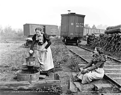 Girls of the paper mills, Appleton, Wisconsin  1880-1899  Source: Detroit Publishing Company