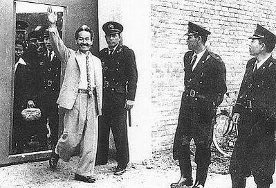 カメジローも米軍占領時代に米軍に拘束され投獄されている。出獄した時は「出獄歓迎大会」が開かれ1万人近くが参加したという。さらに直後の那覇市長選に立候補して当選。「弾圧は抵抗を呼び、抵抗は友を呼ぶ」の名言を残した。