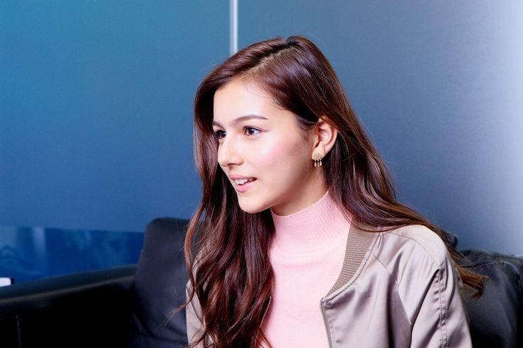 ZIP!のあおぞらキャラバンで日本中を元気にするセレイナ・アンがニューシングル「青い空と私」をリリース! 曲作りを始めたきっかけや、YouTubeに配信しはじめる際の決意、今回の楽曲についてなどなどインタビューしました! その模様をご覧ください! セレイナ・アン自身について──セレイナさんはご自身で作詞作曲もされるそうですが、曲作りを始めたきっかけについて聞かせてください。 セレイナ・アン(以下、セレイナ