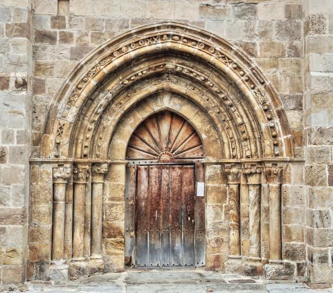 Portada Románica de la iglesia de San Lorenzo - Vallejo de Mena, provincia de Burgos