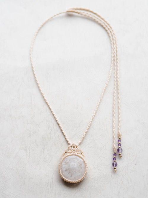 ソーラークォーツ(インド産)マクラメ編みペンダント紹介&販売。美しく広がる花びらのような結晶が魅力のソーラクォーツペンダント。 中央から広がる結晶がキラキラと輝いて美しい、良質なソーラークォーツを使用しています。 天然石に合わせた蝋引き糸をセレクトし、ひと編みひと編み丁寧に編み上げました。 紐トップ部分には繊細な編目を、エンド部分には発色の良いパープルが魅力の 良質なアメジストビーズをあしらいました。 鎖骨の上でスッポリ収めることも、胸元でゆったり身につけることもできる、 好みや気分によって使えるサイズ感になっています。 シンプルながらも天然石の美しさが際立つ、存在感のあるペンダントに仕上がっています。