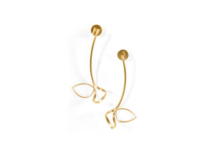 Ohrschmuck <em>Schwebende Linien</em>. Gelbgold 750. Auch in Weißgold 750, Silber 925, Silber goldplattiert. 229–839 Euro.