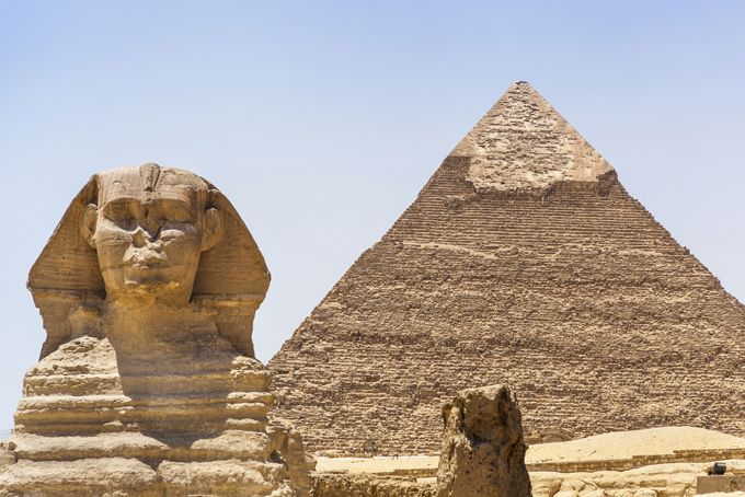 Величайшие загадки в истории человечества. Египетские пирамиды Три египетских Великих пирамиды и Сфинкс волнуют воображение думающих людей. Большинство не верит в господствующую гипотезу о постройке этих памятников древними египтянами. В последнее время об этом откровенно начали говорить французские египтологи, традиционно еще со времен основателя египтологии Жан-Франсуа Шампольона считающиеся наибольшими знатоками. загадки