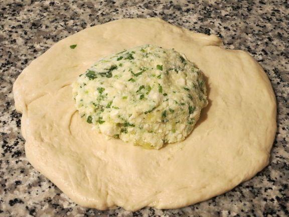 Осетинские пироги - это большие круглые плоские лепешки с начинкой. Они очень популярны, но мне как-то не довелось пока их попробовать. Су...