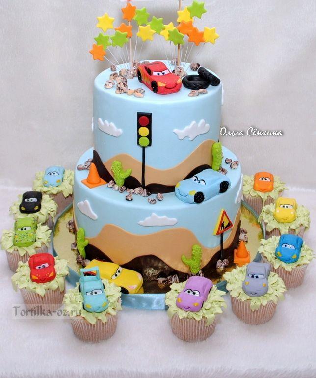 Torte und Cupcakes mit Autos