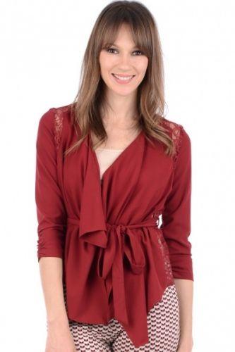 Rød skjorte topp med blondepynt og knyting i front.  Inneholder 100% polyester
