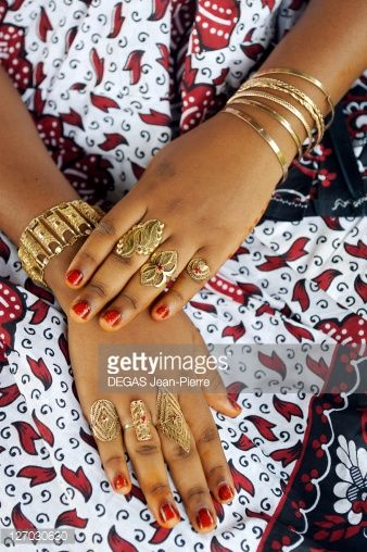 Photo : France, Mayotte island (French overseas department), Tsimkoura, traditional marriage, gold jewelry and Masked hands with henna