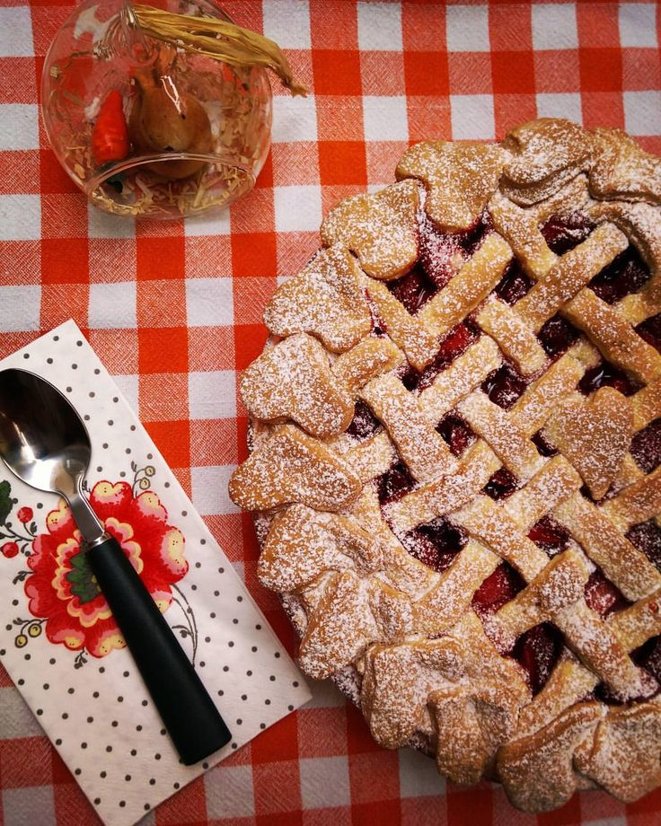 Strawberry Pie / Çilekli Tart / イチゴのパイ Tart?Pie?Tarts? Pie(Italian:torta) is made with a pie pan.It is filled with cream or fruits.They are baked together. Tart's(French:tarte) dough is baked first,then filled cream or fruits. Tarts is a small tart...