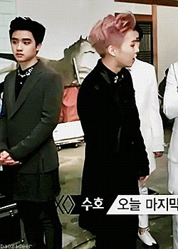 D.O nudging Xiumin so he can turn around...I like how he obeyed instantly and was nervously glancing at D.O..no one dares disobey satansoo!!..