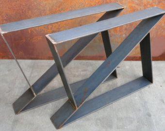 Cette conception de jambe de table contemporaine est simple mais très moderne. Ils sont sous la forme dun trapèze et la largeur du bas est plus petites que la largeur de toit denviron 6 pouces.  Largeur de toit est 24 ou ne peut être inférieure si demandé. Pieds de table sont fabriqués à partir de 3 x 1/4  barre plate en acier.   Finition des Options qui sont incluses dans le prix:-acier naturel (sujette à la rouille!!)-Apprêt rouge-plat noir un prix spécial pour la finition et devront être…