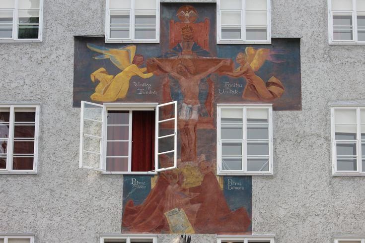 File:Wandmalerei Haus St. Benedikt erster Innenhof 01.jpg
