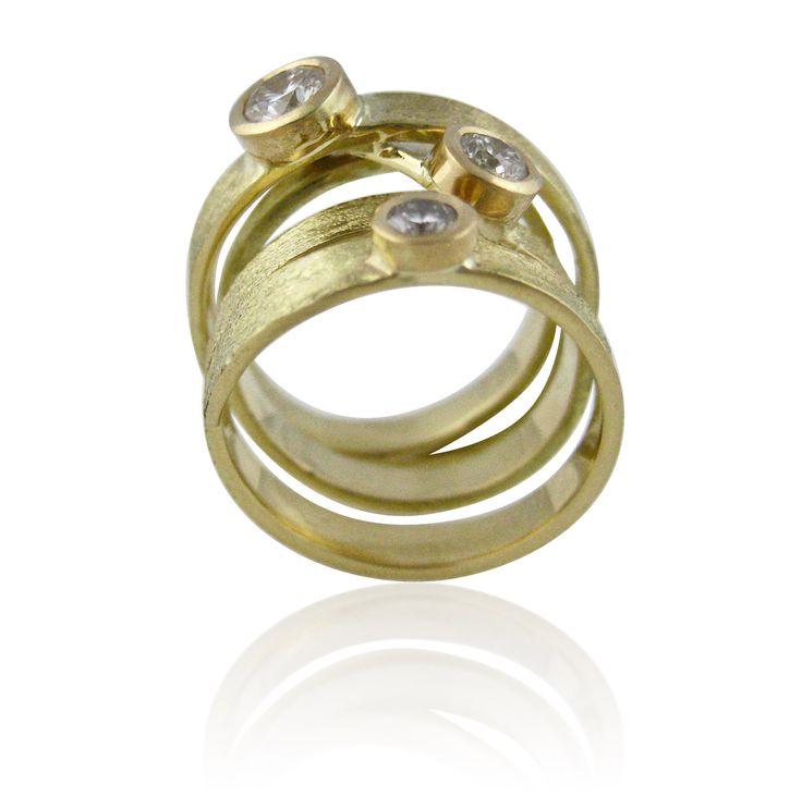 Anillo de oro amarillo martellée con tres diamantes a distintas alturas. El regalo de Carlos para Cristina por el nacimiento de su hija. Encargos con historia.