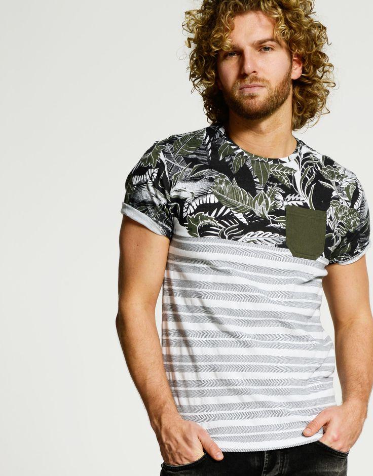 Een heerlijk aangesloten model met een goede mix tussen een zomerse vibe en sportieve stripes. Het heren T-shirt wordt gekenmerkt door zijn korte mouwen, zijn hoge ronde hals, de army groene borstzak en de afwisseling tussen een bloemenprint en strepen. Door het grote aandeel katoen draagt het item heerlijk. Een denim short eronder en jij bent klaar voor een zonnige dag.