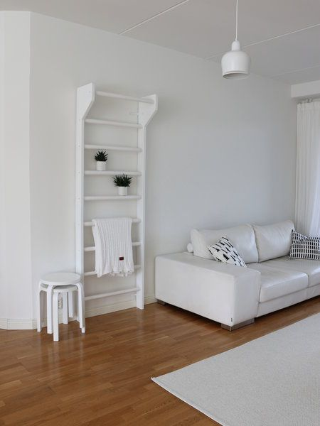 Valkoiset puolapuut - white wall bars in a living room.