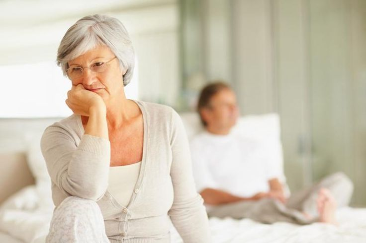 """""""Wo habe ich nochmal…?"""" Schusseligkeit oder Vergesslichkeit sind eine Sache, eine schleichende Alzheimer Erkrankung eine andere. Wie ihr mögliche Anzeichen frühzeitig erkennt, und was ihr generell tun könnt, um euer Gehirn lange fit zu halten, verraten wir euch hier! #IDFM #Demenz"""