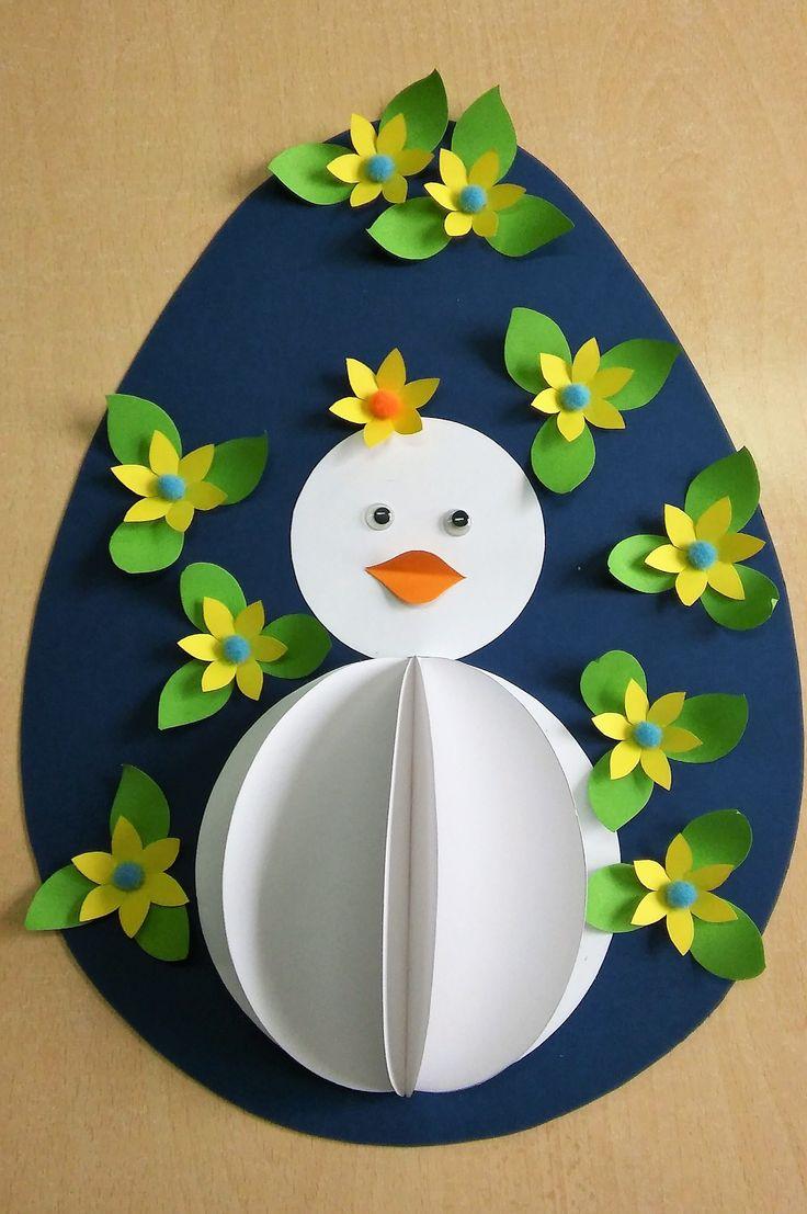 Ovo decorado com pintainho branco.