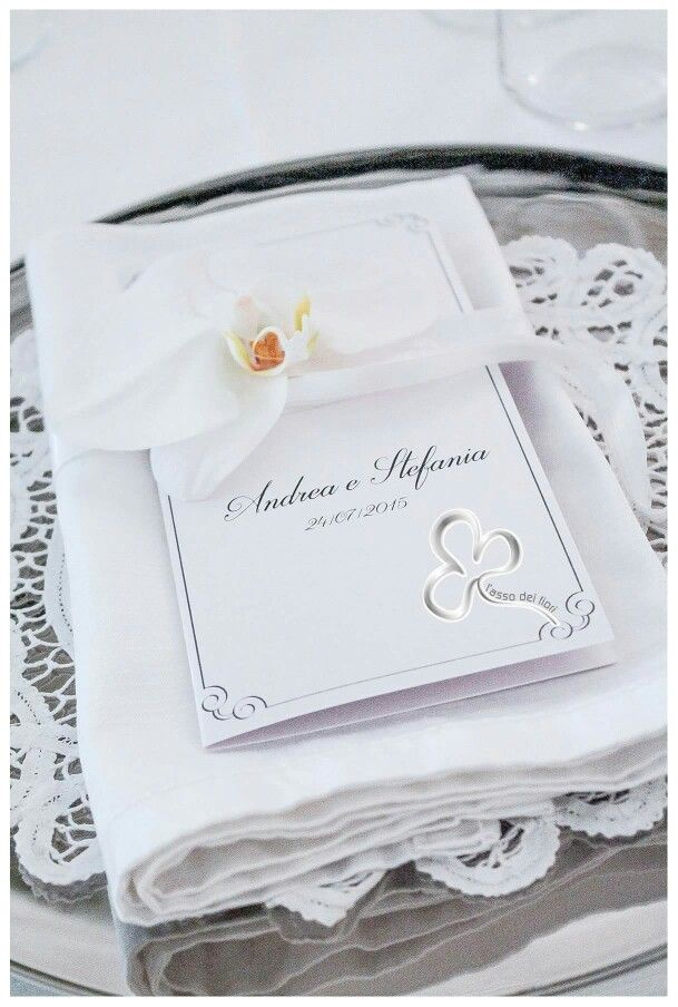 La personalizzazione del menù di nozze con dettagli  perfettamente integrati nel fil rouge dell'evento.