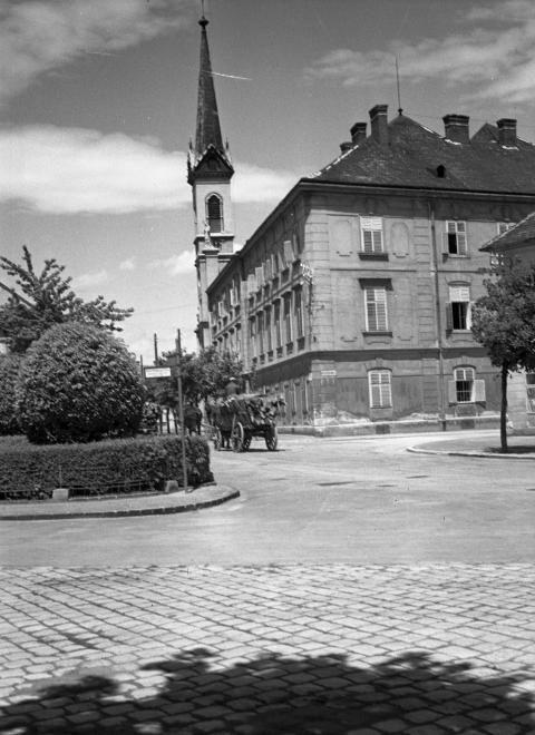 Ferenczy János - Táncsics - Kossuth Lajos utca találkozása. Háttérben a Jézus szíve templom, \