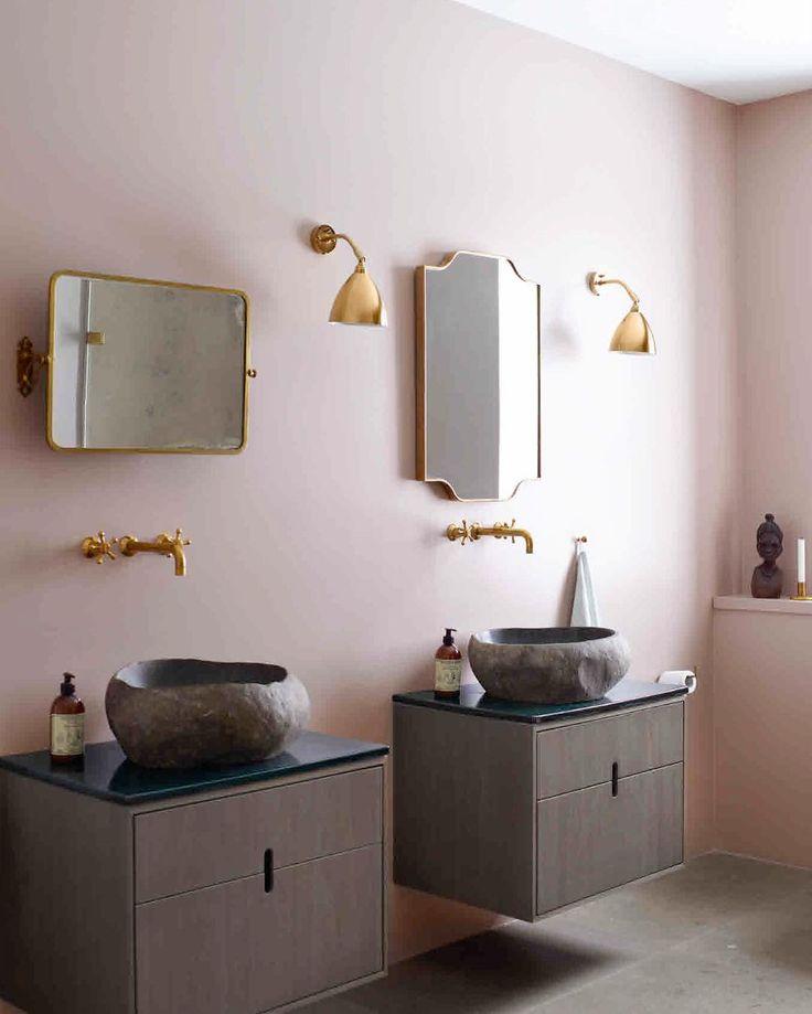 Roze muren in de badkamer (kleur Starling van Flügger) staan prachtig bij de messing lijsten en lampen van Bestlite en bij de granieten wasbakken uit Bali, die zijn geïntegreerd in de wastafels van Københavns Møbelsnedkeri. Fotograaf Mikkel Adsbøl woont hier en maakte de foto's van zijn nieuwe boerderij.