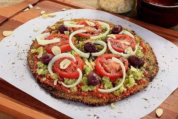 #PIZZA DE COUVE-FLOR  Rendimento: 2 pizzas médias | Cozinha: #vegana #funcional #lowcarb  Ingredientes  2 xícaras de couve-flor ralada 1 xícara de farelo de aveia 1 ovo de linhaça (ou ovo de galinha se você for #vegetariano) Orégano e sal a gosto  Modo de preparo  Cozinhe a couve-flor ralada por aproximadamente 5 minutos. Espere esfriar.Com a ajuda de uma colher (ou com a mão) misture todos os ingredientes até obter uma massa consistente. Pré-aqueça o forno a 180.Unte uma assadeira com um…