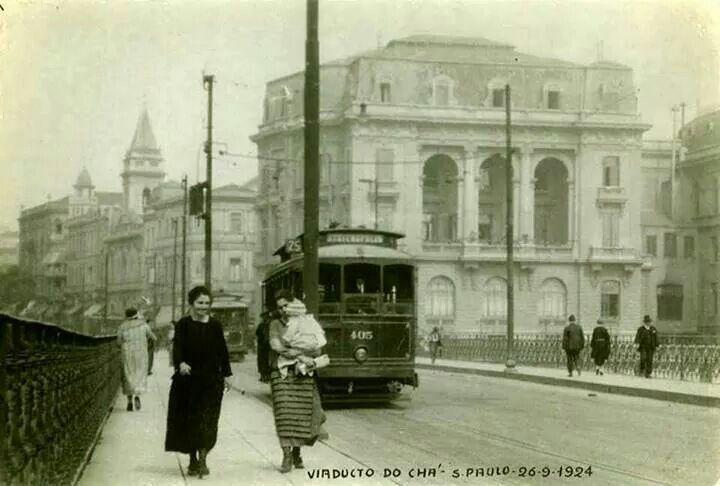1924 - Viaduto do Chá. A direita o Gran Hotel de la Rotisserie Sportsman, demolido na segunda metade da década de 30 para a construção do edifício Matarazzo, atual sede da Prefeitura de São Paulo.