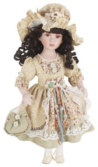 """Păpuşă de porţelan """"Emmanuelle"""" - cadou decorative adorat de copii şi adulţi deopotrivă căci, nu-i aşa, nostalgia e-un lucru greu de vindecat.  http://www.retroboutique.ro/decoratiuni/alte-decoratiuni/papusa-de-portelan-emmanuelle-868"""