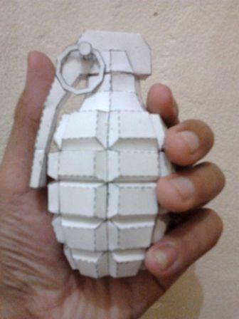Sebuah granat adalah alat peledak yang dirancang untuk dilempar dengan tangan. Peluncur granat adalah senjata api yang dirancang untuk me...