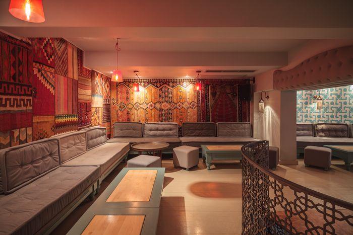 Noua scenografie divan semnat corvin cristian te for Divan restaurant tehran