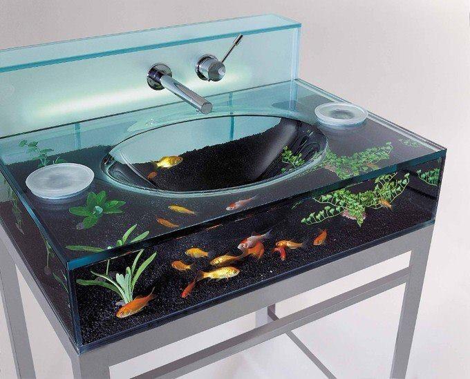 Сайт эксклюзивных товаров для дома Opulent items, предлагает раковину-аквариум для ванной комнаты. Внутренний декор в ней может меняться благодаря съемной верхней части. Для кормления рыб есть два отверстия с каждой стороны. Также раковина обрудована системой фильтрации воды и подсветкой.