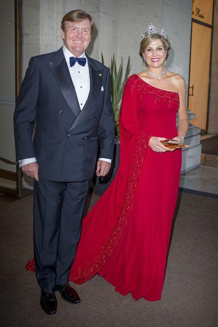 20 juni 2017 Tijdens het staatsbanket op dinsdagavond in het Palazzo del Quirinale in Rome, waar zowel onze koning als de Italiaanse president Sergio Mattarella een toespraak houdt, draagt Maxima een rode asymmetrische jurk van Jan Taminiau.
