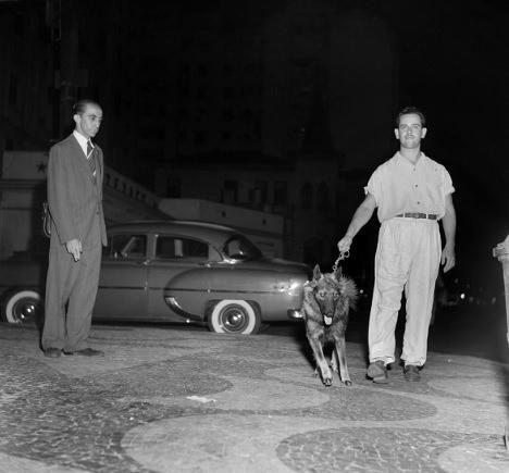 COPACABANA  A foto, da Getty Images, mostra a noite de Copacabana nos anos 50, com seus curiosos personagens.  Estamos na calçada em frente à simpática varanda no térreo do Hotel Miramar. Era muito agradável, naquele tempo em que não se era muito incomodado ao sentar nestas varandas, ficar conversando e bebendo a beira-mar.