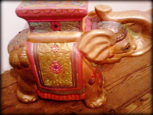 Hermoso elefante de yeso estilo hindú .