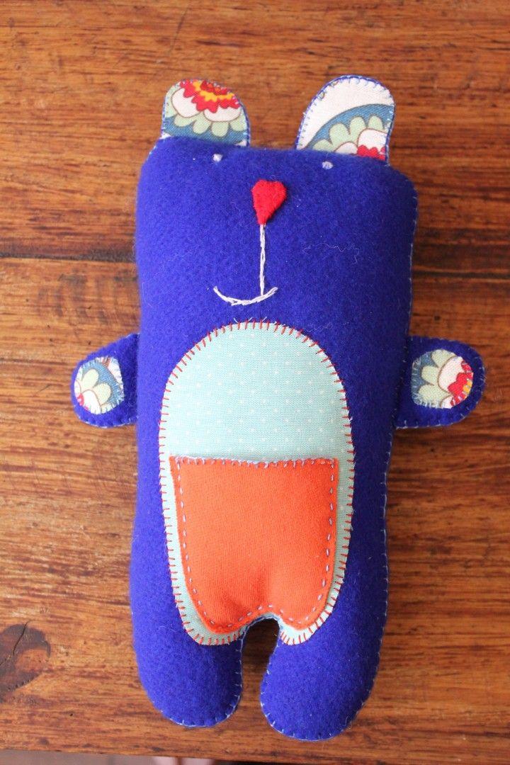 Los muñecos de Fitos y Plautas están confeccionados con fieltro producto del descarte textil. Este género hace posible que cada juguete sea cosido y bordado completamente a mano, convirtiéndolo en un objeto de una sola pieza, seguro para los bebés y niños .  Todos los animalitos están rellenos de vellón siliconado e incluyen un sonajero. La combinación de telas y bordados sobre el fieltro convierte a estos juguetes en piezas únicas, creadas amorosamente para un consumo responsable.