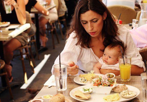 С грудничком на руках, уставшая мама зашла в кафе пообедать. То, что сделала официантка, тронуло меня до глубины души! | Уставшая мама, Кафе, Руки