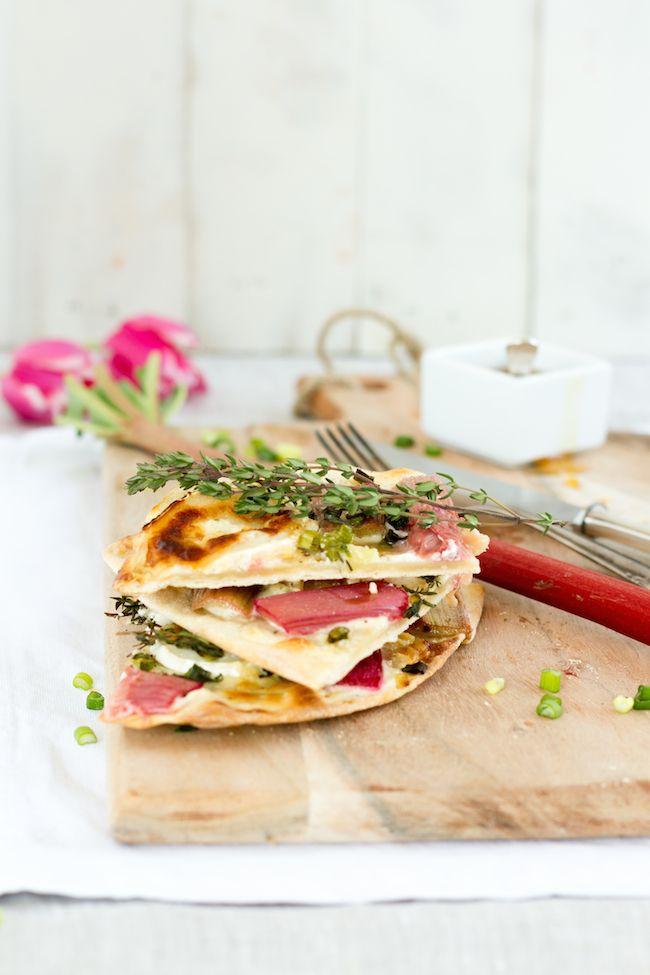 Flammkuchen mit Rhabarber, Ziegenkäse & Thymian // Tarte Flambee with Rhubarb Goats Cheese & Thyme