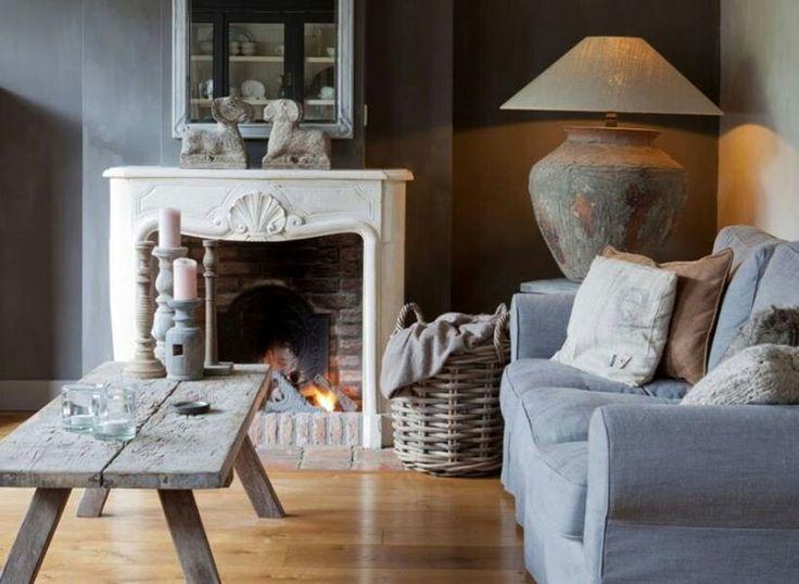 Mart kleppe - grijze bank - houten vloer - witte schouw - grijze muren - robuuste lamp - Heel mooie sfeer!!