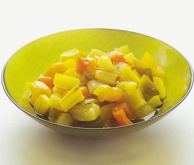 Eivors underbara recept passar utmärkt som komplement och smaksättare till många olika maträtter. De syltade squash- och paprikabitarna får en härlig konsistens och ljuvlig smak när du kokar dem i lagen bestående bland annat av senap och gurkmeja.