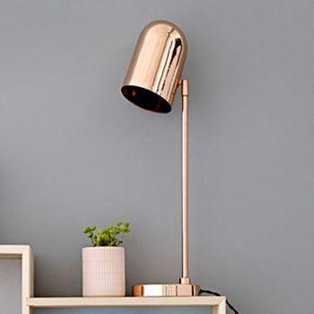 cette lampe de bureau cuivr e donne une touche design dans un int rieur de style scandinave. Black Bedroom Furniture Sets. Home Design Ideas
