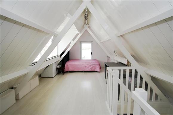 1000 idee n over kleine slaapkamer op zolder op pinterest slaapkamers op zolder zolderkamers - Idee outs kamer bad onder het dak ...