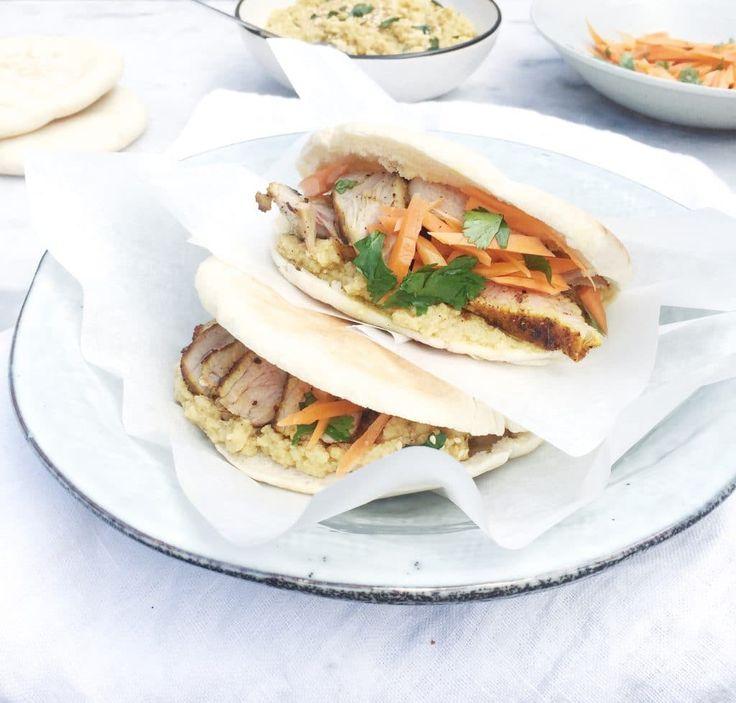 Wat te doen met restjes lamsbout. Maak er deze heerlijk gevulde pitabroodjes met gekruid lamsvlees, hummus en sla mee. Na Pasen eten leftovers? Kijk hier