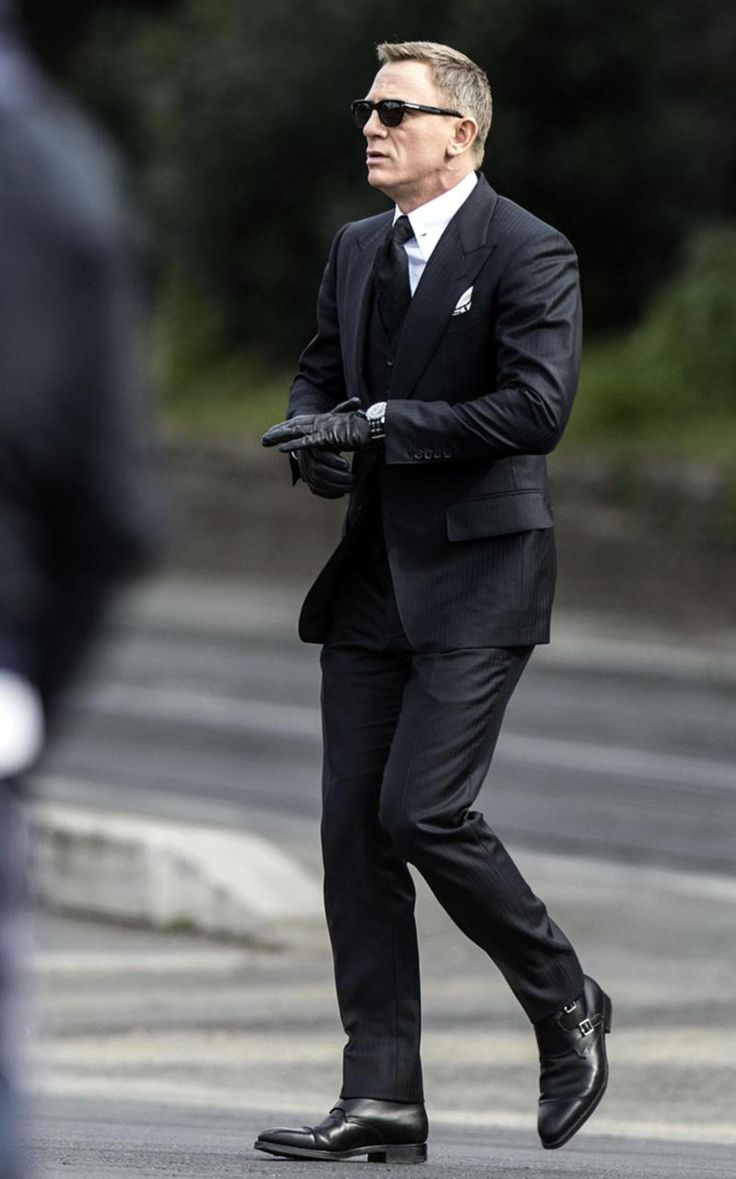 Daniel Craig filming Spectre, wearing a Tom Ford suit
