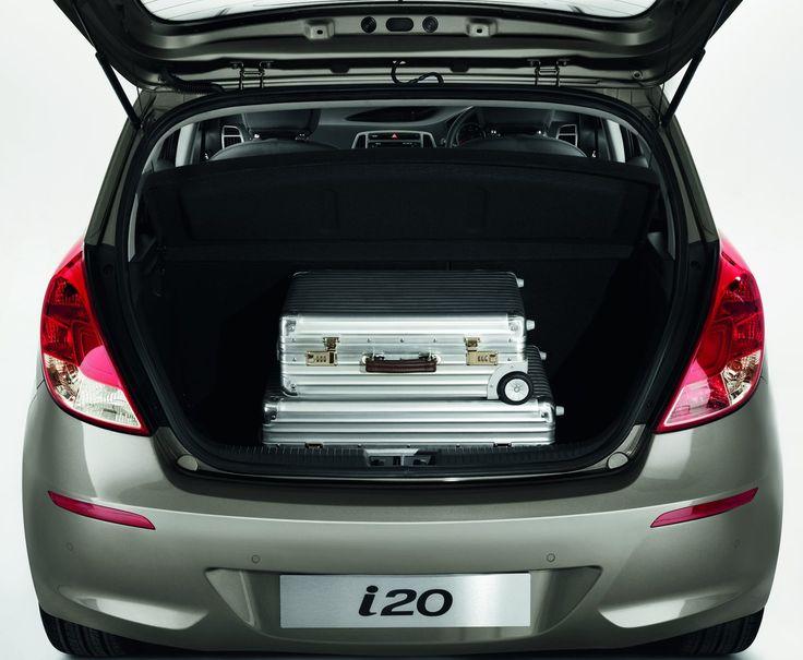 Przestronna przestrzeń bagażowa  i20 zapewnia niewiarygodne 1 060 litrów przestrzeni bagażowej przy złożonych na płasko siedzeniach. Nawet kiedy oparcia tylnych foteli są uniesione, przestrzeń bagażowa i20 to 295 litrów - wystarczająco dużo, by zapewnić bagażowi komfort podróży pod pokrywą bagażnika. Dla szerszej gamy opcji ładunkowych i łatwiejszego dostępu, oparcia tylnych foteli zostały podzielone w proporcjach 60:40.
