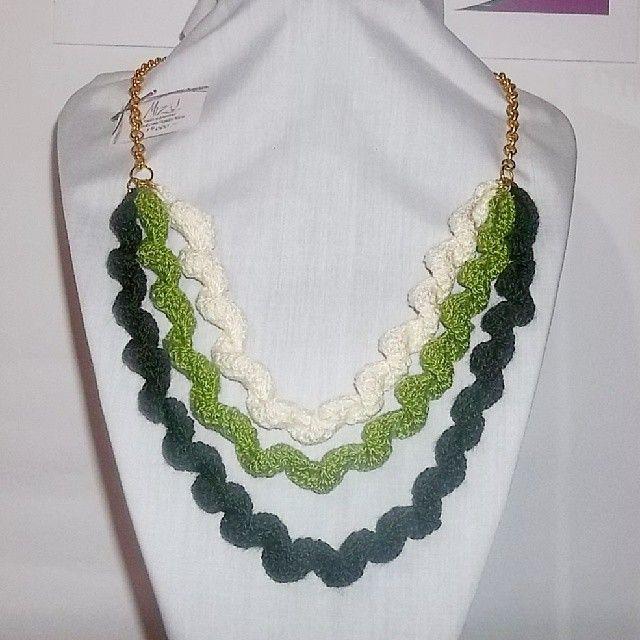 Collar 64: serpentines de hilo verde y crudo. Ch$4.000.
