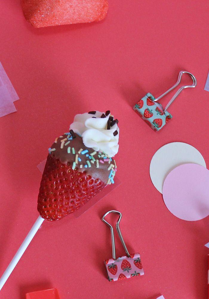 Trasforma le fragole in golosi cornetti gelato! Leggi la ricetta completa sul blog! Sembrano dei cakepop ma sono solo semplici fragole!