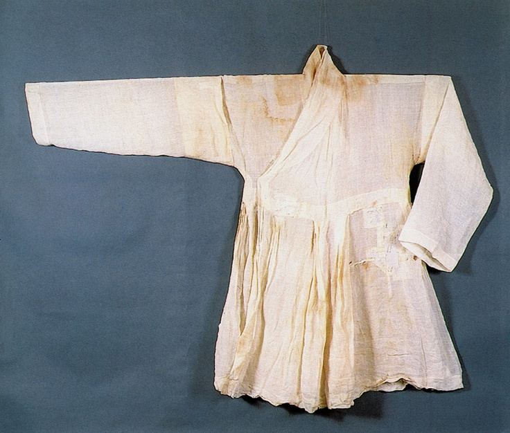 Ramie cheollik of General Kim Deok-ryeong (1567-1596). Cheollik is a long jacket with attached skirt, worn by military men, underneath the dapho (sleeveless overcoat). Important Folklore Materials 111-2.