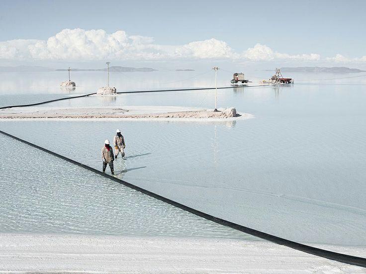 """Il sale della Terra Fotografia di Dany Krom , National Geographic Your Shot  """"A 3.650 metri sul livello del mare, sull'altopiano boliviano, esiste il più grande deserto di sale del nostro pianeta, con una superficie che si estende per 4.085 chilometri quadrati. Gli uomini lavorano per estrarre sale, litio, e borace""""."""