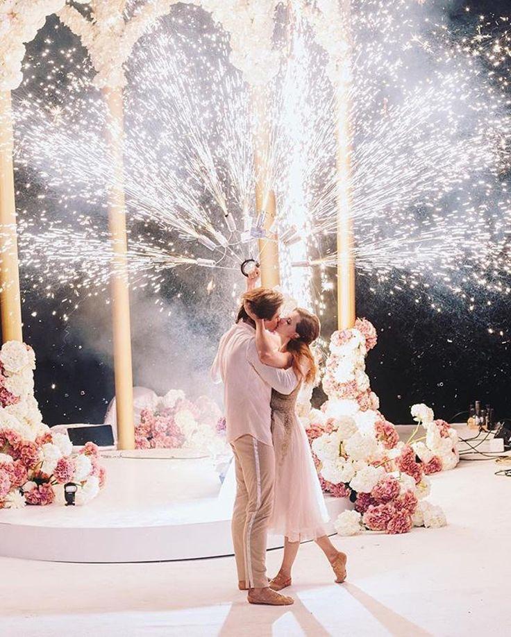 @andrewbayda_wed ・・・ Parece el fotograma de una peli romántica, pero es el primer baile de casados de la pareja de primeros bailarines del Bolshoi . ¿Es o no es magia? • Looks like a scene from a romantic movie and, well, it kinda is: the first dance of a couple of premier ballet dancers at the Bolshoi on their wedding day. How magic is this?... #wedding #primerbaile #weddinginspo #boda #blogdebodas #weddingblog