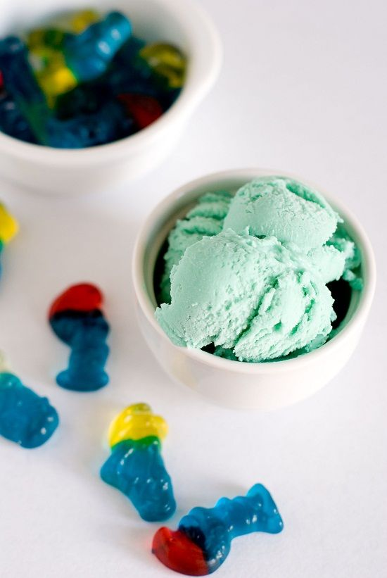 Crème Glacée aux Bonbons Schtroumpfs | Lilie Bakery http://liliebakery.fr/creme-glacee-aux-bonbons-schtroumpfs/